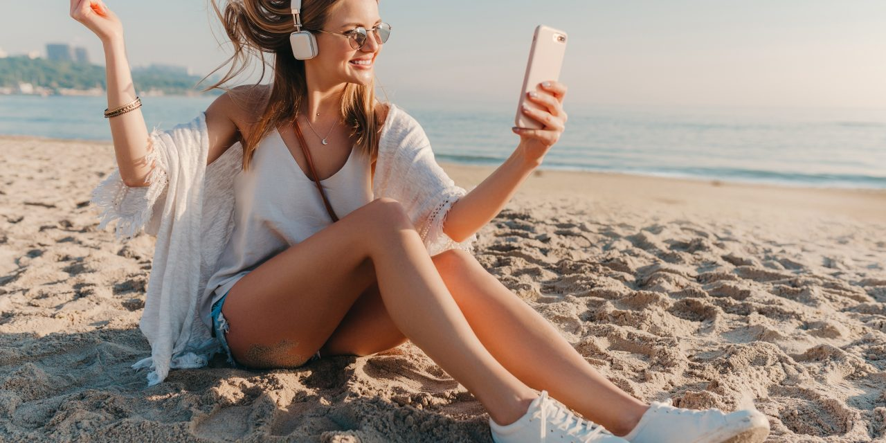 https://www.sorridibene.it/wp-content/uploads/2021/06/young-attractive-blond-smiling-woman-taking-selfie-photo-phone-vacation-sitting-beach-1280x640.jpg